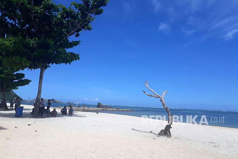 Pantai Kuta di kawasan ekonomi khusus (KEK) Mandalika, Kabupaten Lombok Tengah, NTB.
