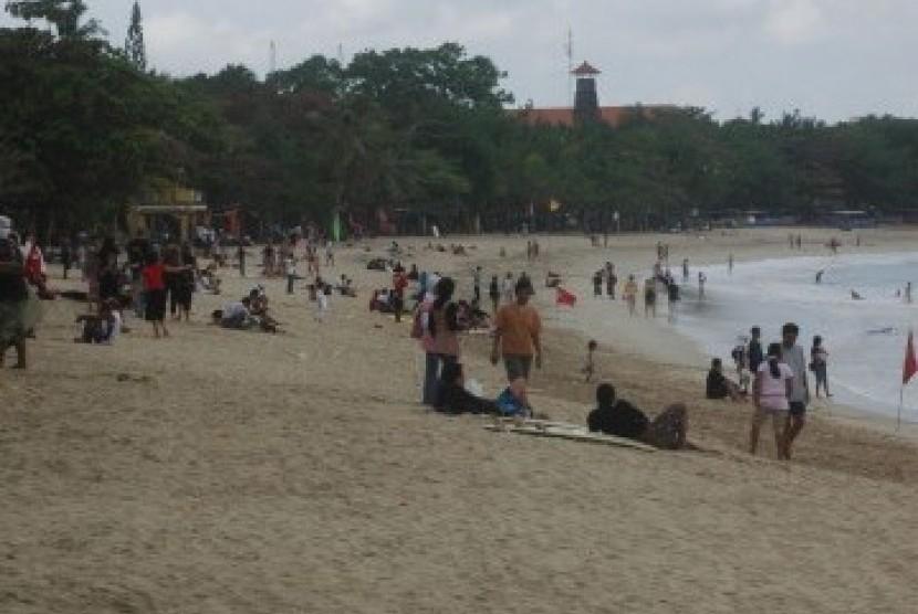 Pantai Kuta yang menjadi tujuan utama turis ke Bali