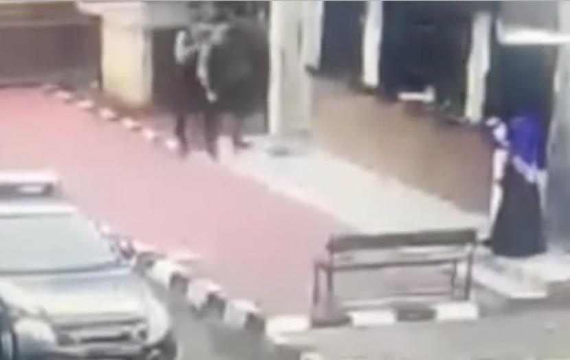 Pantauan CCTV saat terjadi baku tembak di Mabes Polri.