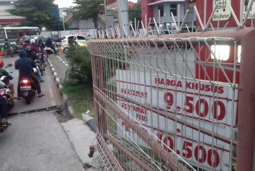 Pantauan harga BBM di berbagai SPBU di jalan Daan Mogot, Jakarta Barat. Salah satu SPBU Pertamina, belum mengganti daftar harga BBM meskipun harganya sudah naik per Rabu (10/10).