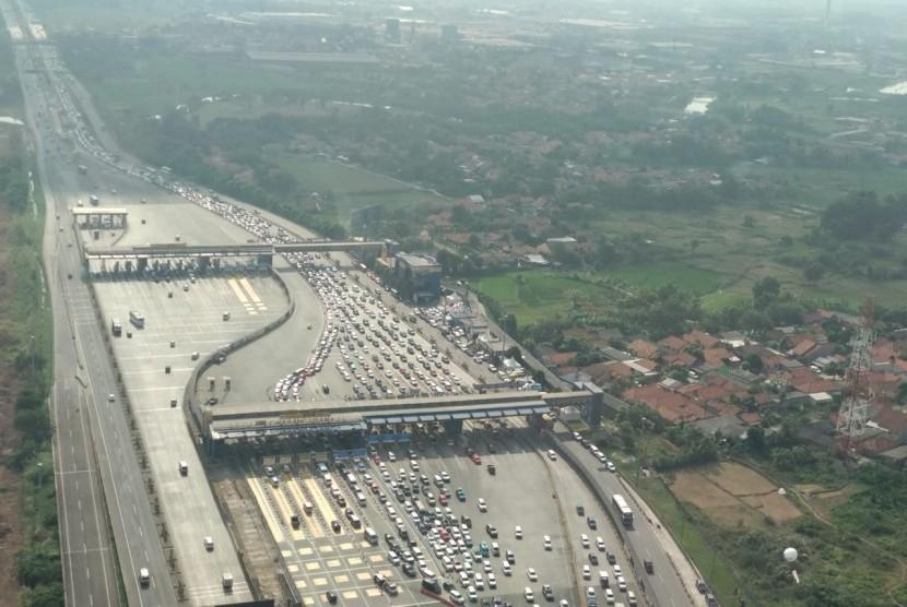 Pantauan udara kondisi Gerbang Tol Cikarang Utama (Cikarut) pukul 15.00 WIB. Sejak H-8 (7/6) hingga Selasa (12/6) terpantau 563.083 kendaraan keluar dari Jakarta melalui Gerbang Tol Cikarut.