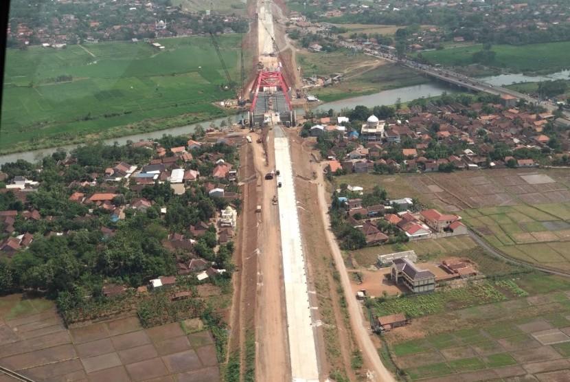 Pantauan udara kondisi Jembatan Kali Kuto di tol fungsional Batang-Semarang yang rencananya akan dibuka hari ini pukul 17.00 WIB, Rabu (13/6).