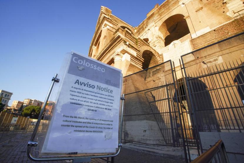 Papan berisi pengumuman penutupan Coloseum di Roma, Italia. Pemerintah sudah menerapkan karantina di sejumlah wilayah Italia untuk mengurangi penyebaran corona.(AP)