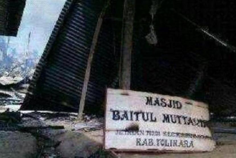 Papan nama Masjid Baitul Mutaqqin, Karubaga, Tolikara.