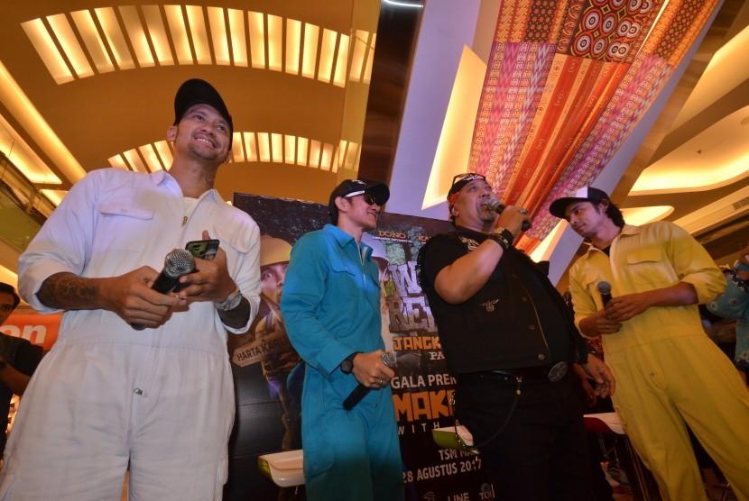 Para aktor film Warkop DKI Reborn Tora Sudiro (kiri), Vino G Bastian (kedua kiri), Indro (kedua kanan) dan Abimana Aryasatya (kanan)