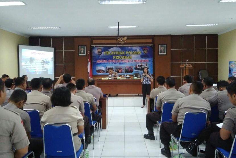 Para anggota Polisi Air Polda Metro Jaya mengikuti pelatihan komunikasi efektif yang diadakan bekerja sama dengan AMIK BSI Yogyakarta.