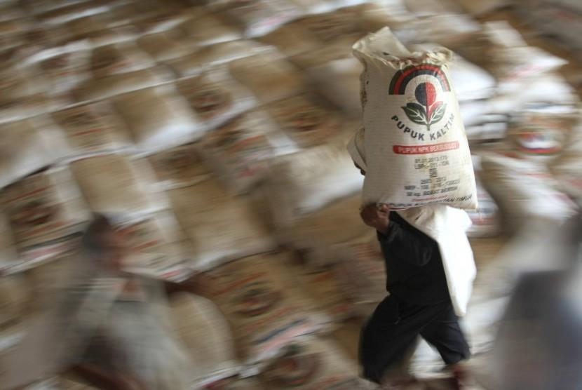 Para buruh melakukan bongkar muat pupuk bersubsidi di gudang Pusat Koperasi Unit Desa (PUSKUD) di Kendari, Sulawesi Tenggara, Senin (28/3).