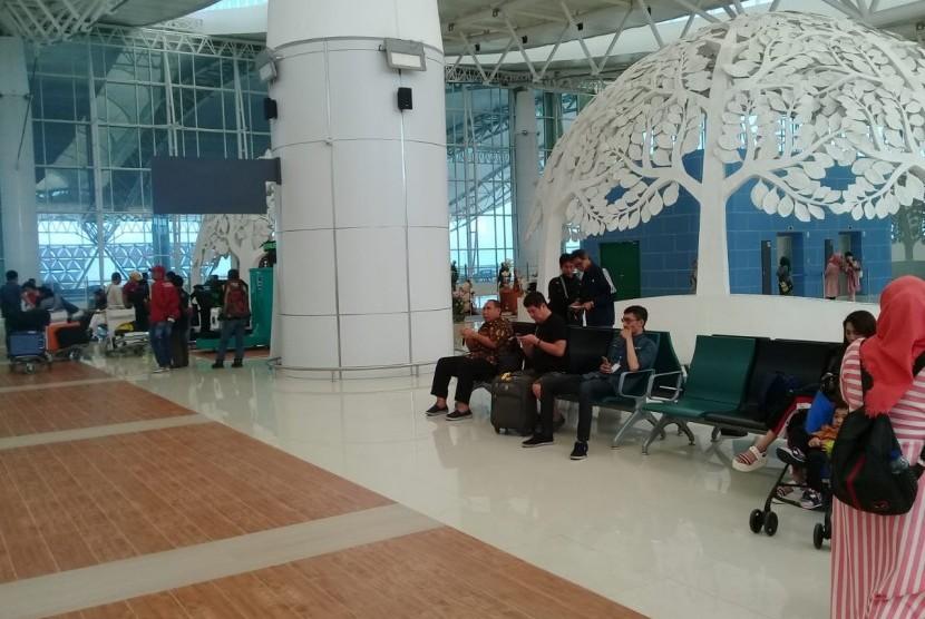 Para calon penumpang menunggu di ruang Check In Bandara Internasional Jawa Barat (BIJB) Kertajati, Kabupaten Majalengka, Senin (1/7).