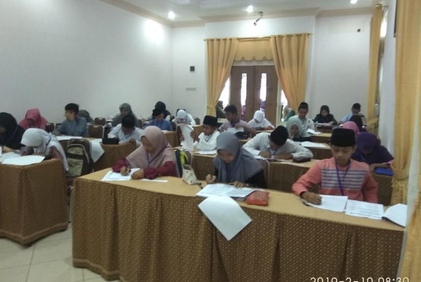 Para calon siswa Perguruan Islam Ar Risalah, Padang, Sumatera Barat (sumbar) mengikuti tes masuk tahun pelajaran 2019/2020.