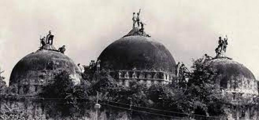 Para demontran saya kanan Hindu berada di kubah masjid Babri pada beberapa tahun lalu saat meminta masjid ini dibongkar. (ilustrasi)