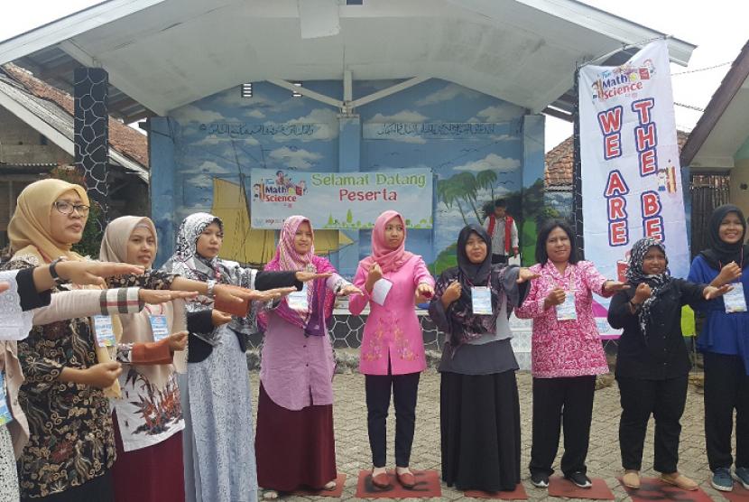 Para guru dari berbagai daerah mengikuti Motivational Coaching di Kampung Matematika.