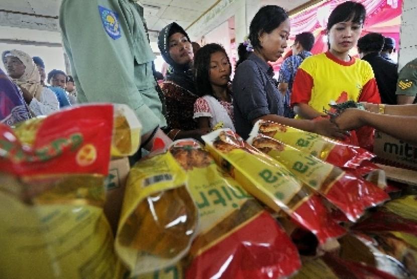 Para ibu tampak antre saat membeli minyak goreng (ilustrasi)