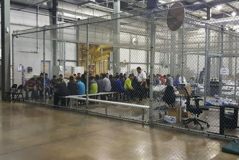 Para imigran yang ditangkap di pusat detensi di AS
