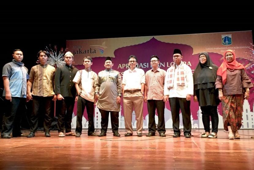 Para juara Lomba Nasyid tingkat Provinsi DKI Jakarta saat berfoto bersama dengan dewan juri usai pengumuman, Senin (9/10) di Teater Kecil, Taman Ismail Marzuki, Jakarta