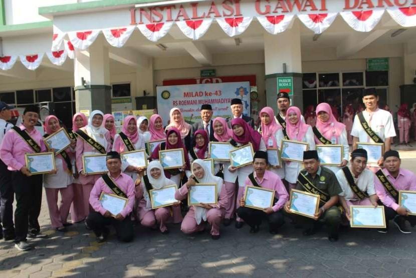 Para karyawan RS Roemani Muhammadiyah Semarang yang telah mengabdi 10 tahun, 20 tahun serta 30 tahun menerima penghargaan dalam rangka Milad ke-43.