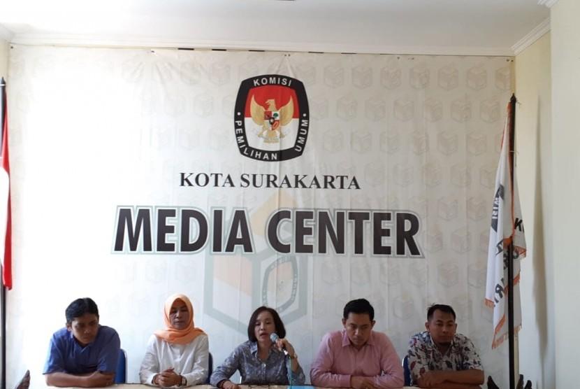 Para komisoner KPU Kota Solo menggelar jumpa pers terkait progres tahapan Pemilihan Umum 2019, di kantor KPU Kota Solo, Senin (18/2).