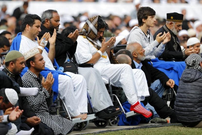 Para korban terluka dalam penembakan masjid melaksanakan shalat Jumat di Hagley Park di Christchurch, Selandia Baru, Jumat (22/3).