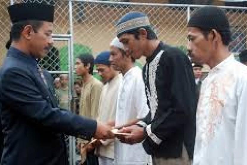 Para napi Lapas Lowokwaru, Malang, saat menerima remisi Lebaran.