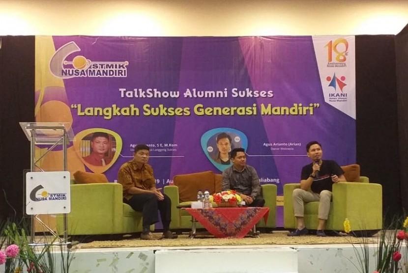 Para nara sumber berbincang langsung dengan para peserta dan dipandu oleh moderator.