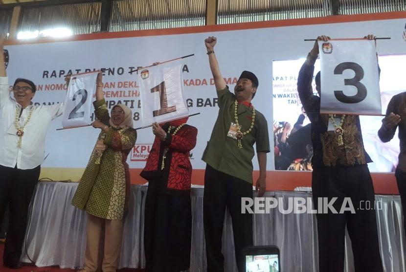 Para pasangan calon bakal bupati dan wakil bupati Kabupaten Bandung Barat mengambil no urut di pilkada Bandung Barat, Selasa (13/2) di Vila Istana Bunga, Parongpong, Kabupaten Bandung Barat.