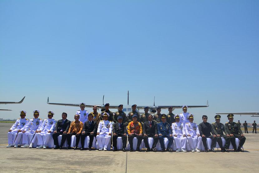Para pejabat PT DI dan Kementrian Pertahanan berfoto bersama di depan pesawat patroli maritim di PT DI, Bandung