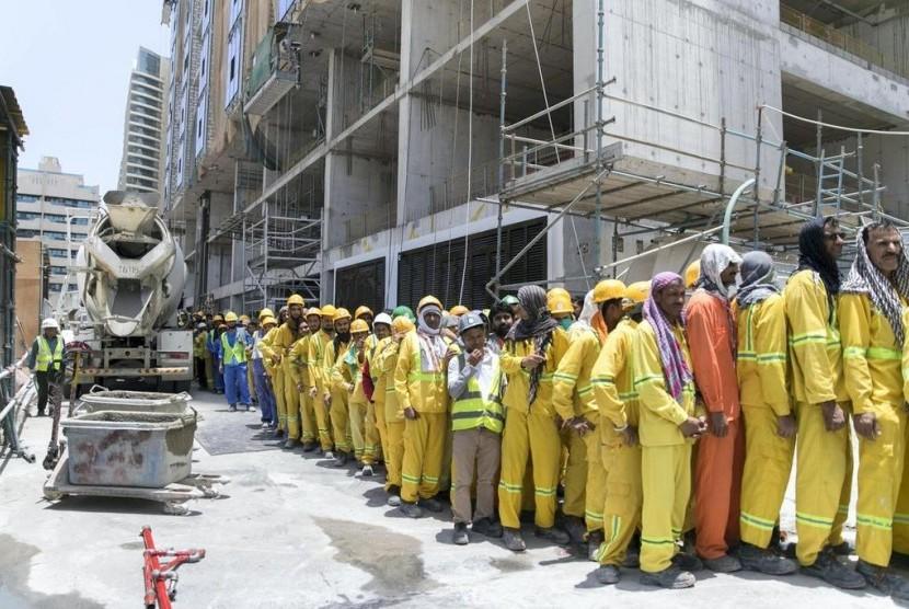 Para pekerja konstruksi di Dubai yang mendapat tas makanan dari  Ramadhan Sharing Fridges