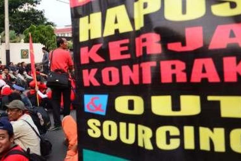 Para pekerja menolak sistem kerja outsourching