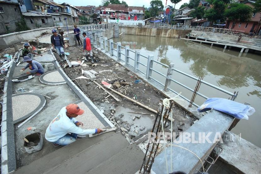Para pekerja menyelesaikan fasilitias publik di pinggiran Kolam Retensi Sirnaraga, Kota Bandung, Selasa (13/11).