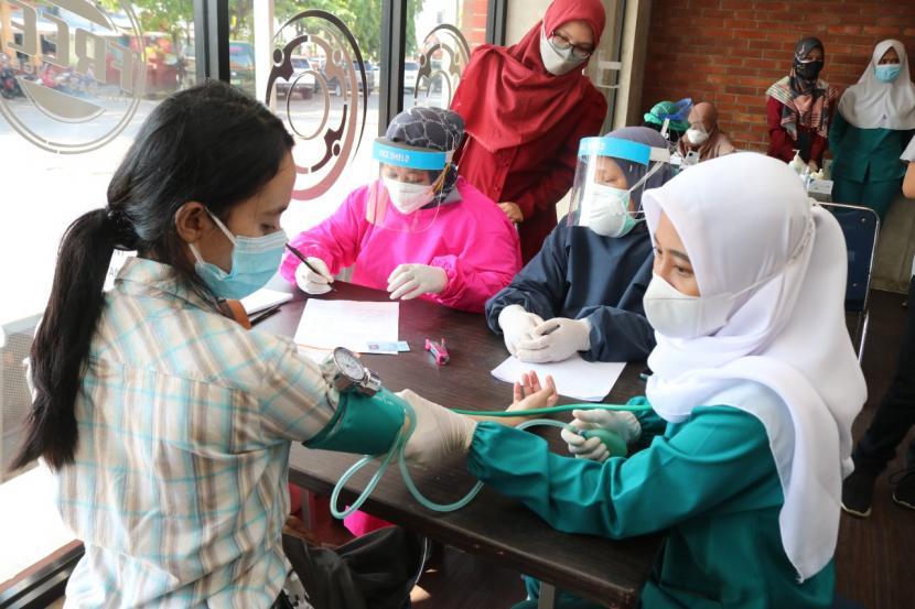 Para pelanggan kereta api (KA) jarak jauh bisa menikmati layanan vaksinasi Covid-19 di Stasiun Cirebon Kejaksan secara gratis, mulai 3 Juli 2021.