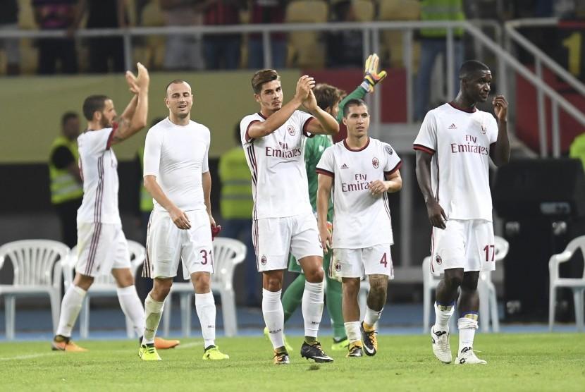 Para pemain AC Milan merayakan kemenangan.