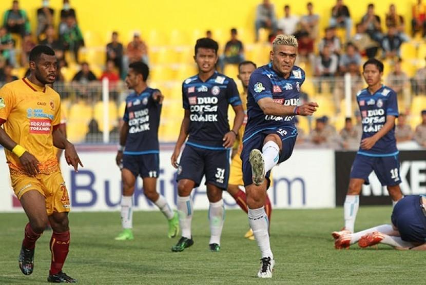 Para pemain Arema FC (baju biru) saat melawan Sriwijaya FC.
