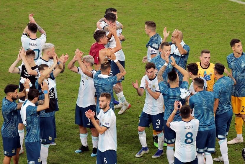 Para pemain Argentina merayakan kemenangan atas Qatar sekaligus keberhasilan lolos ke perempat final Copa America 2019.