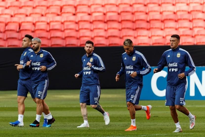 Para pemain Argentina, yakni Lautaro Martínez (kiri), Sergio Aguero (kedua dari kiri), Lionel Messi (tengah), Roberto Pereyra (kedua dari kanan) and Leandro Paredes (kanan).