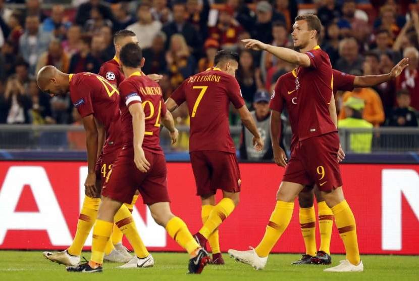 Para pemain AS Roma merayakan gol.