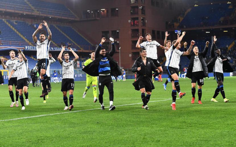 Para pemain Atalanta merayakan keberhasilan menang 3-1 di kandang Sampdoria.