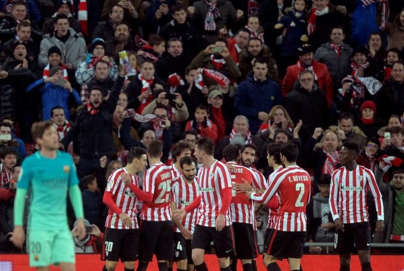 Para pemain Athletic Bilbao merayakan gol ke gawang Barcelona