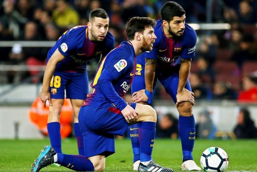 Para pemain Barcelona (kiri ke kanan), Jordi Alba, Lionel Messi, dan Luis Suarez, ketika menghadapi Girona FC di Camp Nou, Ahad (24/2) dini hari WIB.