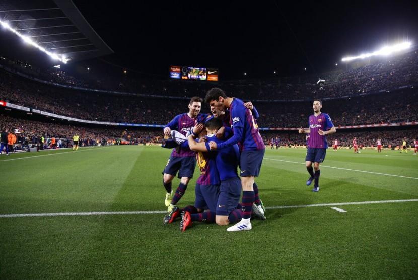 Para pemain Barcelona merayakan gol Luiz Suarez pada laga La Liga melawan Atletico Madrid di Camp Nou, Ahad (7/4) dini hari WIB. Barca menang 2-0.