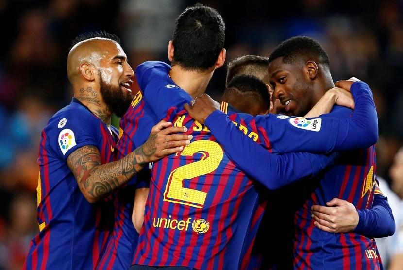 Para pemain Barcelona merayakan kemenangan atas Real Sociedad.