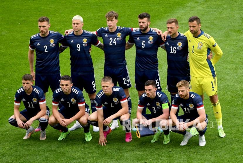 Para pemain Skotlandia  berbaris sebelum pertandingan grup D kejuaraan sepak bola Euro 2020 antara Skotlandia dan Republik Ceko di stadion Hampden Park di Glasgow,  Senin (14/6).