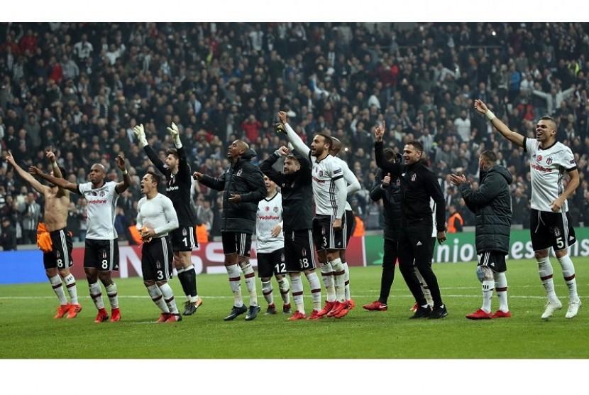 Para pemain Besiktas memberikan penghormatan kepada pendukung mereka dan merayakan keberhasilan lolos ke babak 16 besar Liga Champions usai menahan Porto 1-1, Rabu (22/11) dini hari WIB.