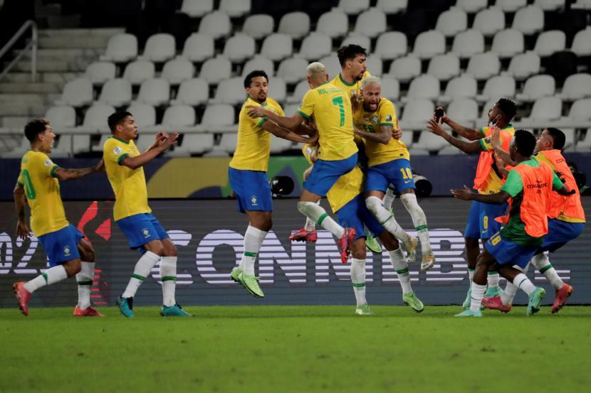 Para pemain Brasil merayakan gol kemenangan mereka saat melawan Kolombia dalam lanjutan Copa America 2021 di Rio De Janeiro, Kamis (24/6).