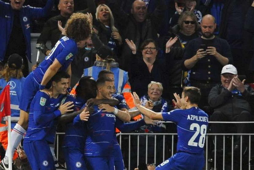 Para pemain Chelsea merayakan gol Eden Hazard ke gawang Liverpool.