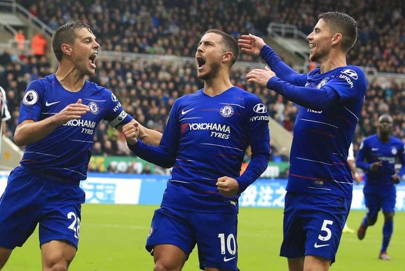 Para pemain Chelsea merayakan gol Eden Hazard (tengah) ke gawang Newcastle United.