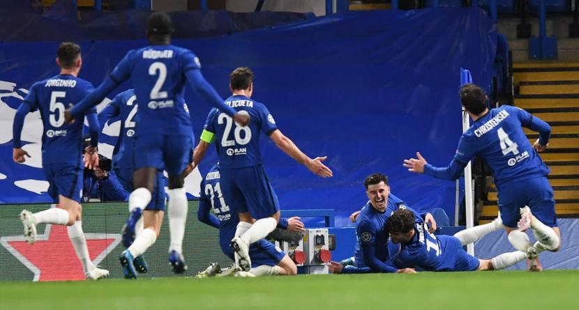 Para pemain Chelsea merayakan gol Mason Mount (ketiga kanan) ke gawang Real Madrid.