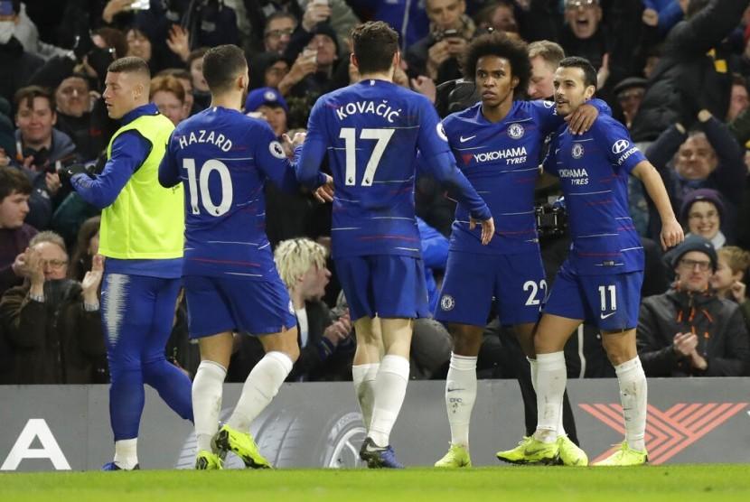 Para pemain Chelsea merayakan gol Willian (kedua kanan) pada laga Liga Primer Inggris lawan Newcastle, di Stamford Bridge, Ahad (13/1) dini hari WIB. Chelsea menang 2-1.