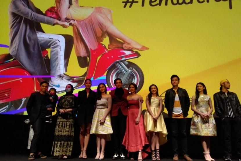 Para pemain dan penulis buku Teman Tapi Menikah saat gala premier film Teman Tapi Menikah, Sabtu (24/3) malam.