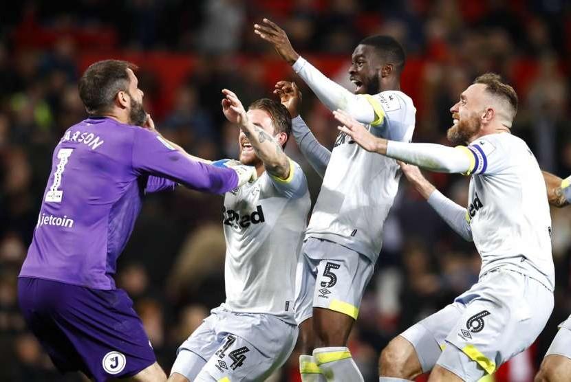 Para pemain Derby County merayakan keberhasilan menaklukkan Manchester United pada putaran ketiga Piala Liga Inggris, Rabu (26/9) dini hari WIB.