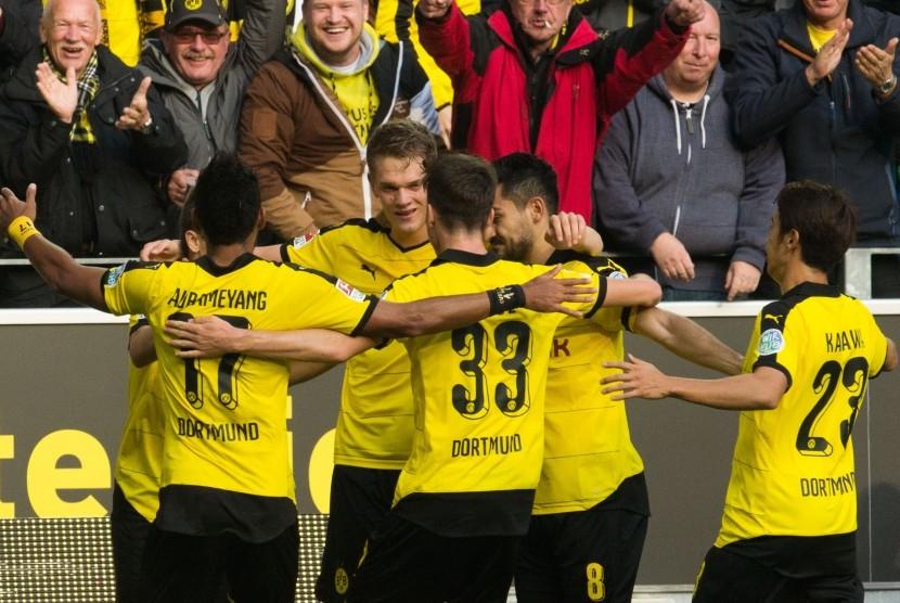 Para pemain Dortmund merayakan gol 1-0 saat berlaga melawan Bayer Leverkusen di Signal Iduna Park, Ahad (20/9).