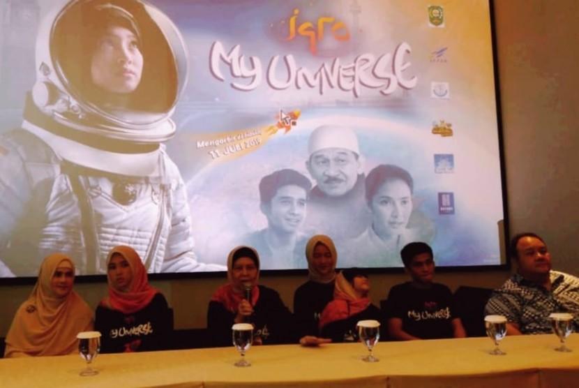 Para pemain film Iqro: My Universe ketika konferensi pers di Kemang Village XXI, Ahad (7/7).